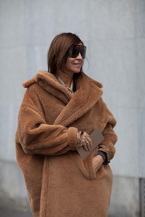 la-modella-mafia-max-mara-fall-winter-2013-oversize-fur-coats-carine-roitfeld-street-style-via-hbz